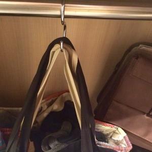 カウンター下には荷物かけがあるので一安心