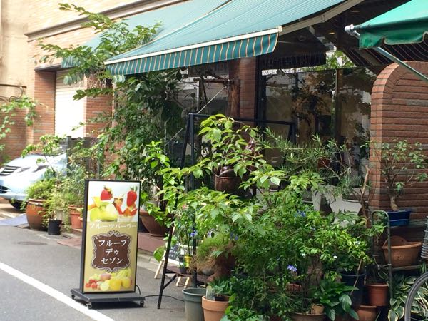 緑いっぱいの入口の向こうはフルーツパラダイス〜☆