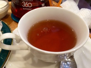 紅茶。ポットごと運ばれてきます