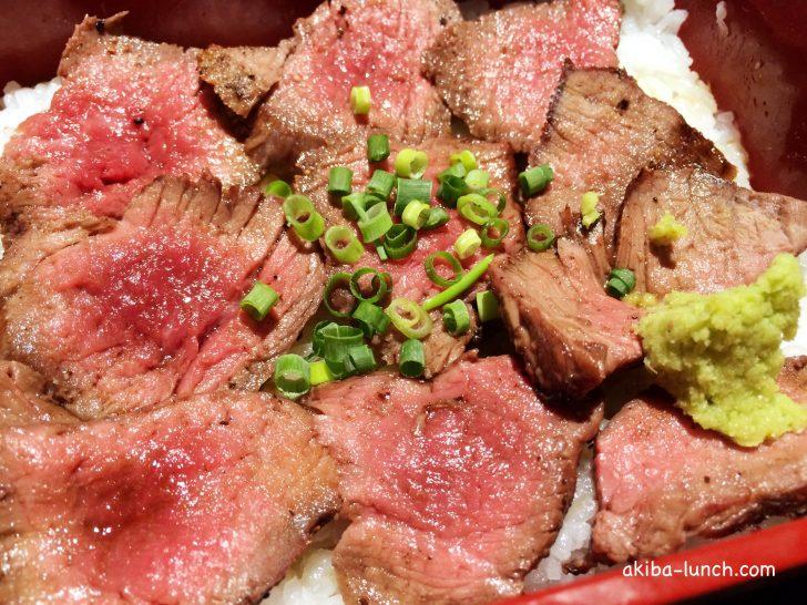 听・熟成和牛のステーキ重のアップ
