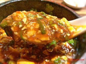 陳家私菜・麻婆豆腐をすくう